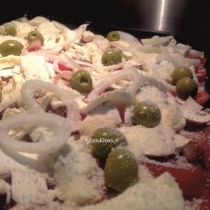 Plaatpizza met bladerdeeg in oven